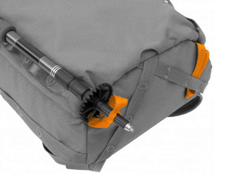 wanderstoecke-am-rucksack-befestigen.jpg